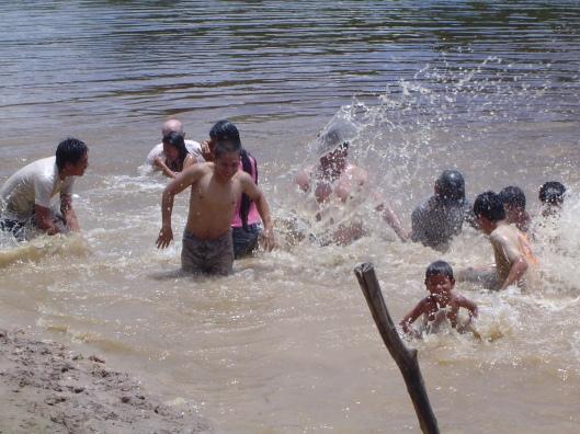 Veinte enero river water fight (2)